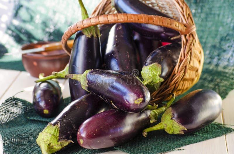 Aubergines in een mand stock foto's