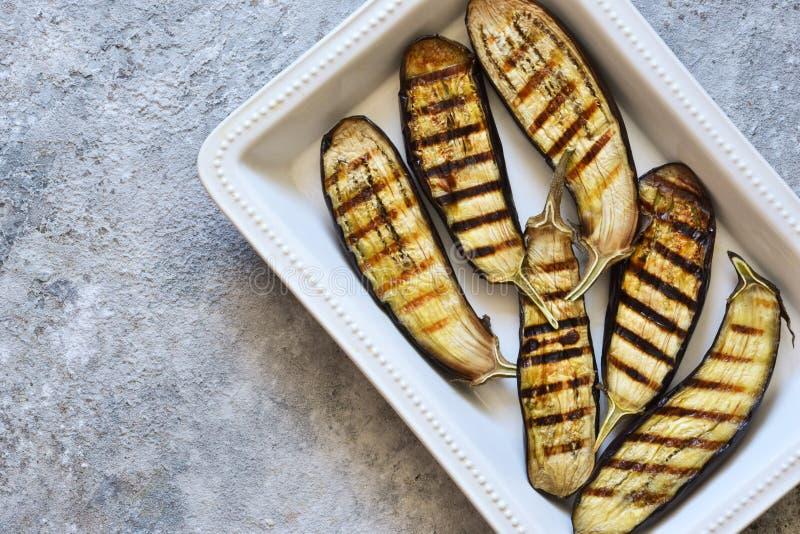 Aubergines grillées épicées sur un fond concret image libre de droits