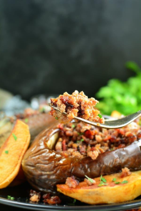 Aubergines grill?es bourr?es - une recette turque traditionnelle pr?par?e sur le gril photographie stock libre de droits