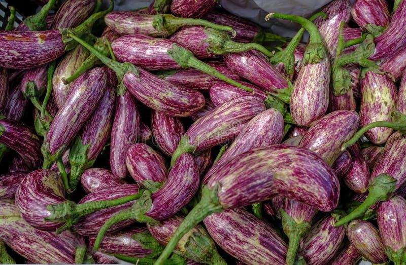 Aubergines op verkoop bij een marktkraam royalty-vrije stock afbeeldingen