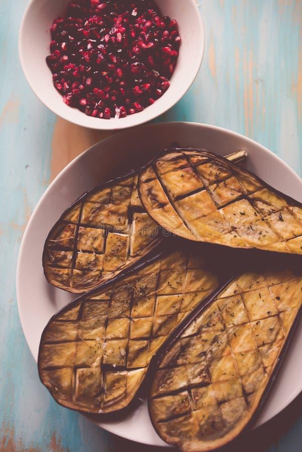 Aubergines piec i granatowów ziarna zdjęcie stock
