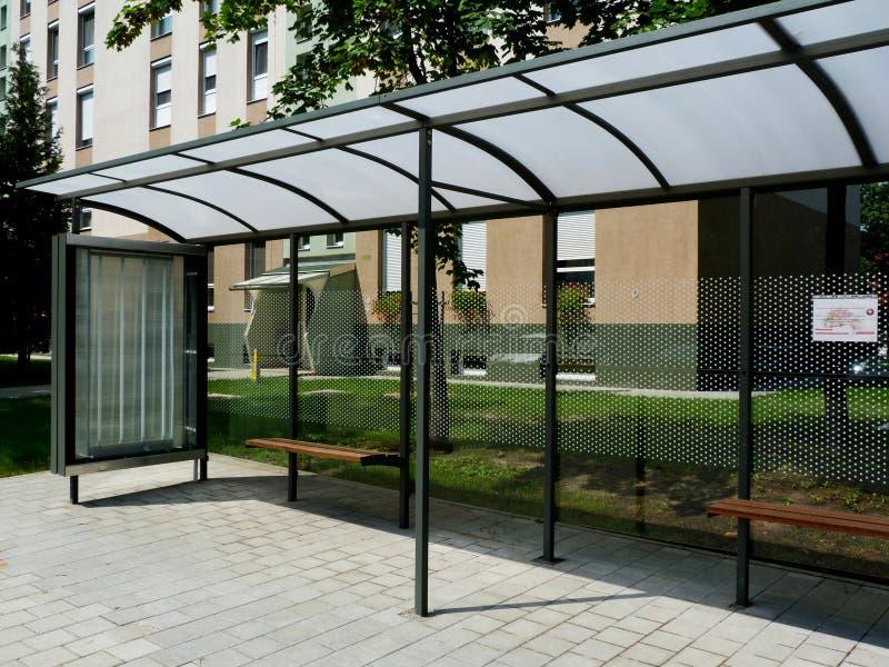 Aubette en verre moderne avec des points de polka sur le cadre en aluminium images stock