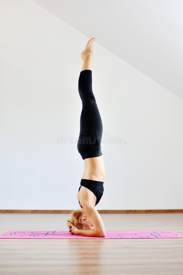 Aucasian ακροβάτης γυναικών Ð ¡ που ασκεί τη γυμναστική γιόγκα στοκ φωτογραφία
