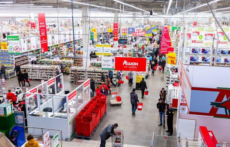 Auchan Samara Store i köpcentret Kosmoport royaltyfria foton