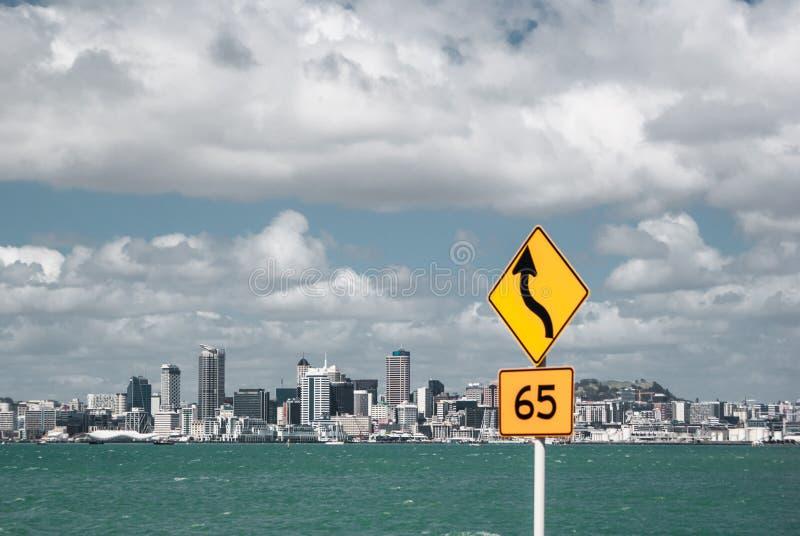 Auckland de l'autre côté du port Hausse en Nouvelle Zélande photographie stock libre de droits