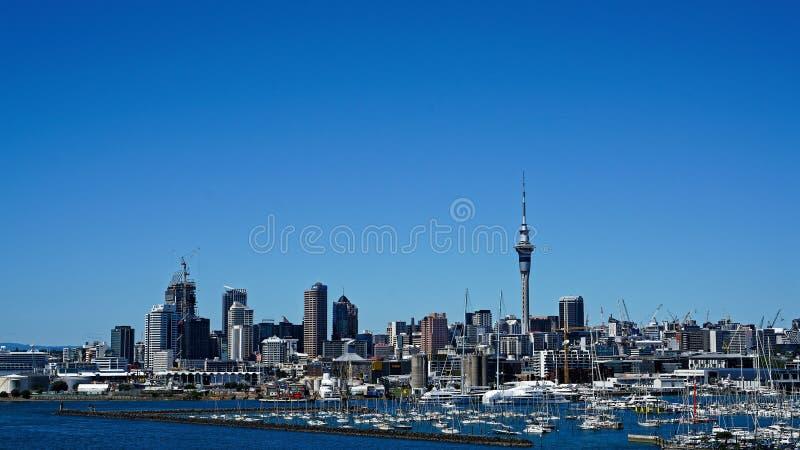 Auckland e porto dal ponte del porto di Auckland, Nuova Zelanda immagini stock libere da diritti