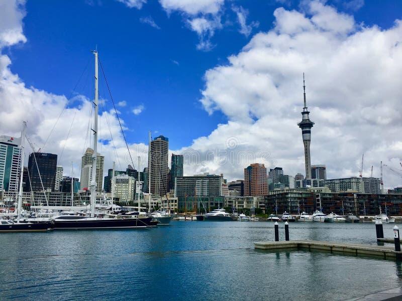Auckland-Hafen und -Skyline lizenzfreies stockfoto