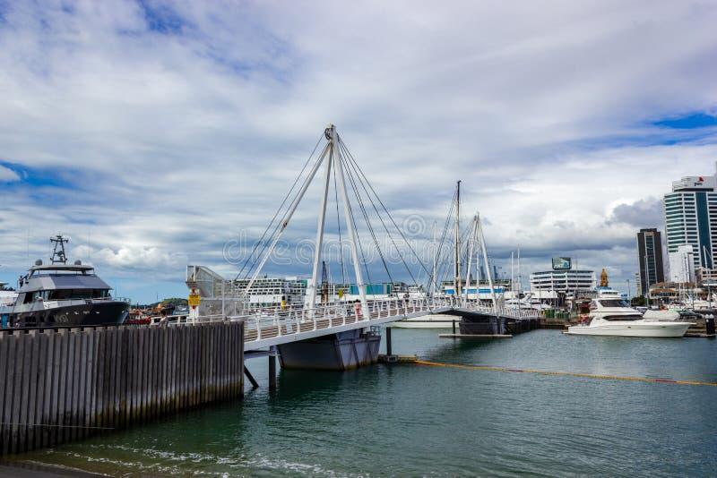 Auckland hamn och en härlig bro, gränsmärket i NZ, Auckland, Nya Zeeland arkivbild