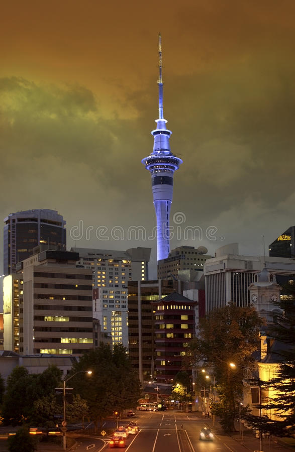 Auckland-Himmel-Kontrollturm - Neuseeland lizenzfreie stockfotografie