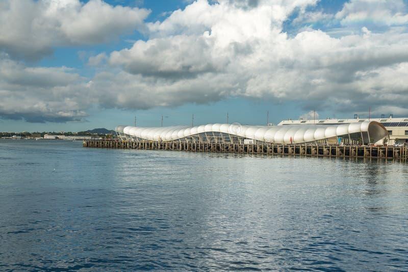 Auckland kryssningport och modern byggnad, i stadens centrum Auckland, Nya Zeeland royaltyfria bilder