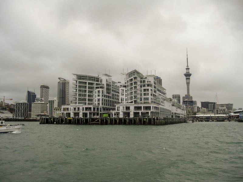 Auckland nabrzeża linia horyzontu na chmurnym dniu obraz royalty free