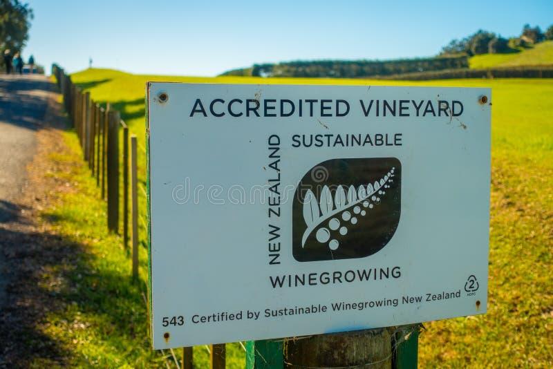 AUCKLAND, NEUES SEELAND 12. MAI 2017: Neuseeland-Holzschild mit Weinkellereihintergrund lizenzfreie stockfotos