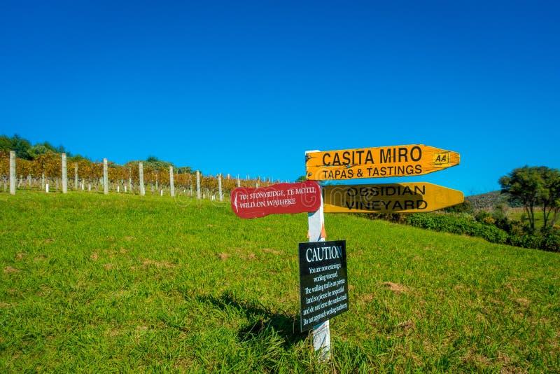 AUCKLAND, NEUES SEELAND 12. MAI 2017: Neuseeland-Holzschild mit Weinkellereihintergrund stockbild