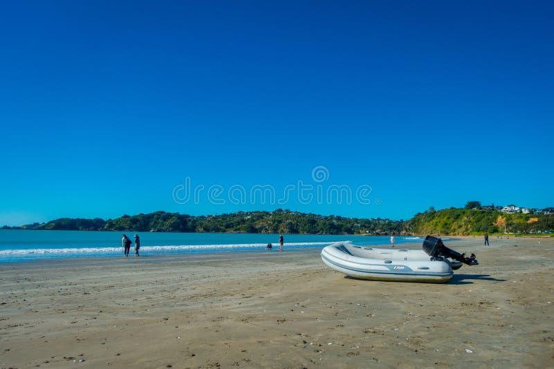 AUCKLAND, NEUES SEELAND 12. MAI 2017: Weißer Sand-Strand auf Waiheke-Insel, Neuseeland mit einem schönen blauen Himmel in a lizenzfreie stockfotografie