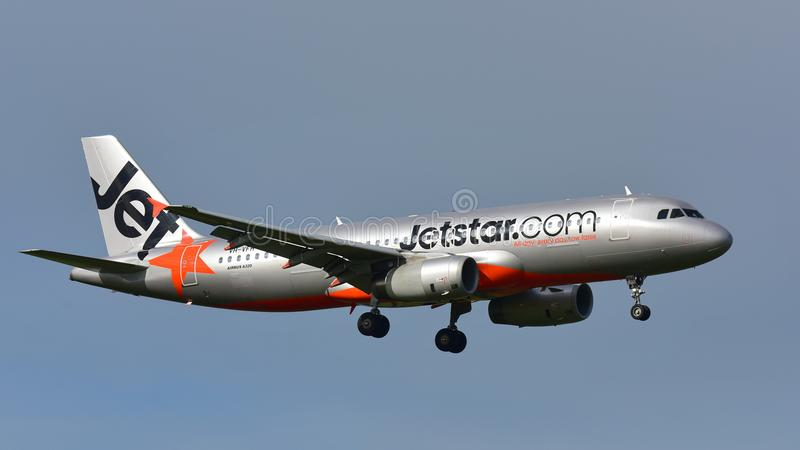 Jetstar Airways Airbus A320 landing at Auckland International Airport. AUCKLAND, NEW ZEALAND - JULY 10: Jetstar Airways Airbus A320 landing at Auckland royalty free stock photos