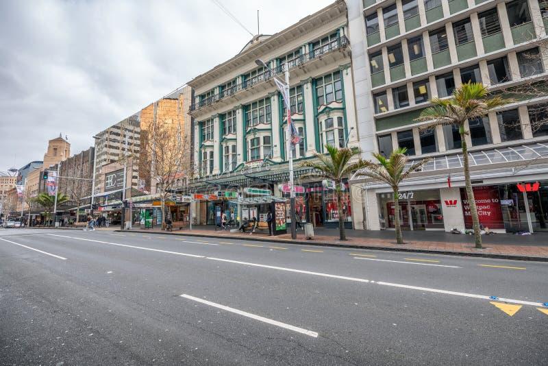 AUCKLAND, NOUVELLE-ZÉLANDE - 26 AOÛT 2018 : Bâtiments de rue de la Reine un jour ensoleillé d'hiver La ville attire 2 millions de photo stock