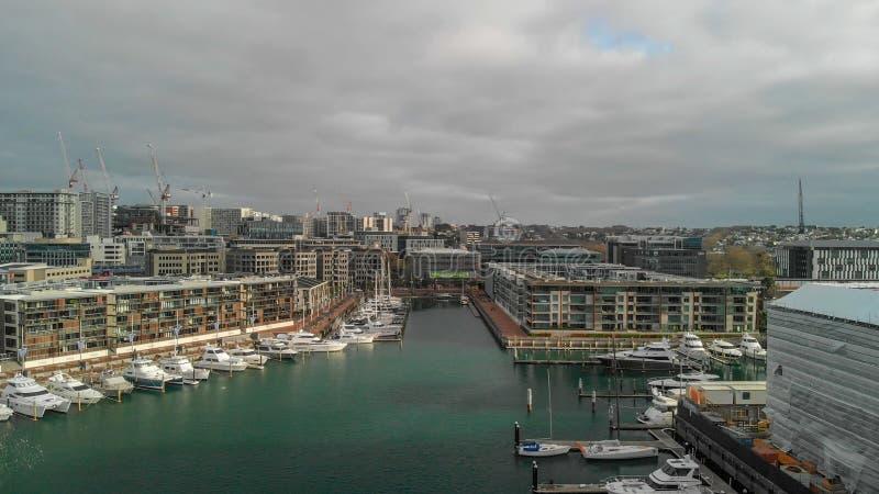 AUCKLAND, NOVA ZELÂNDIA - 26 DE AGOSTO DE 2018: Ideia aérea do cityscap fotos de stock