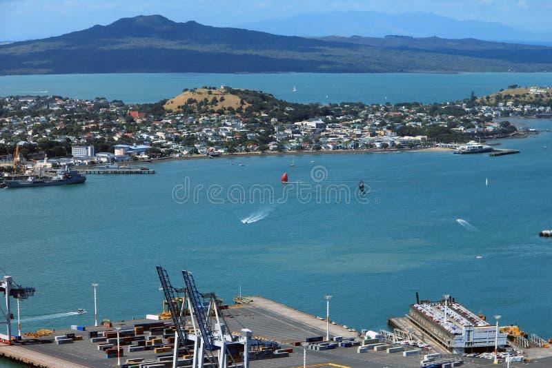 Auckland, Nueva Zelanda - 28 de enero de 2013: Volcán de la isla de Rangitoto foto de archivo libre de regalías