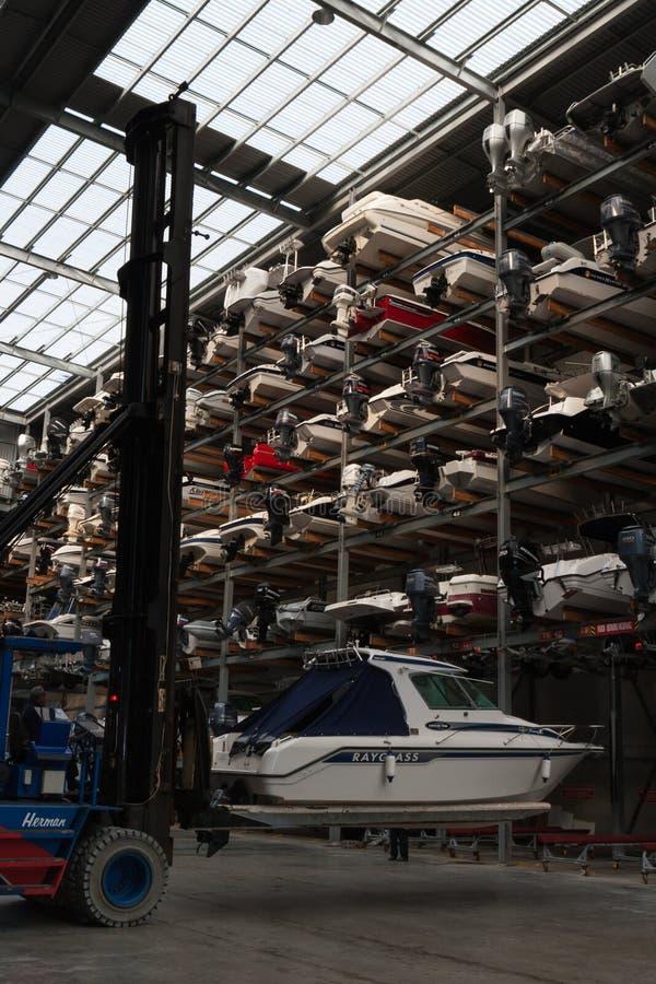 AUCKLAND, NUEVA ZELANDA - 14 DE JUNIO DE 2012: La instalación marina del almacenamiento del barco imágenes de archivo libres de regalías