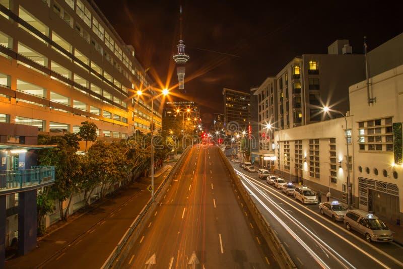 Auckland, Nueva Zelanda, noviembre, 26, 2014; Luces del coche en la noche en una exposición larga para crear rastros largos contr imágenes de archivo libres de regalías
