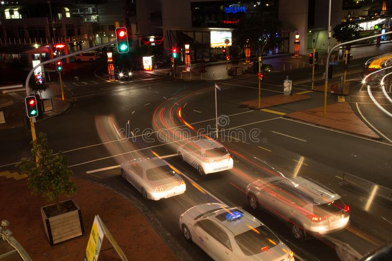 Auckland, Nueva Zelanda, noviembre, 26, 2014; Luces del coche en la noche en una exposición larga para crear rastros largos semáf imagenes de archivo
