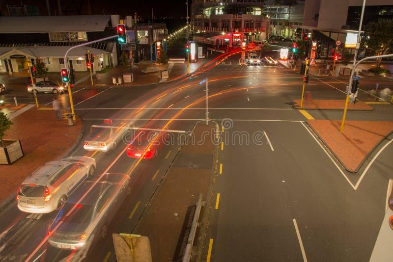 Auckland, Nueva Zelanda, noviembre, 26, 2014; Luces del coche en la noche en una exposición larga para crear rastros largos semáf fotografía de archivo libre de regalías