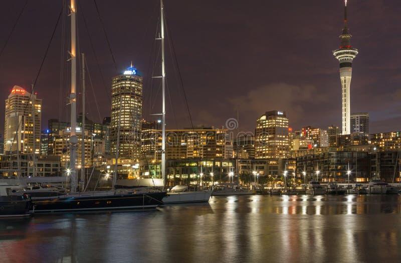 Auckland, Nueva Zelanda, noviembre, 26, 2014; Una opinión arrebatadora de la puesta del sol del horizonte de Auckland en la oscur imagen de archivo libre de regalías