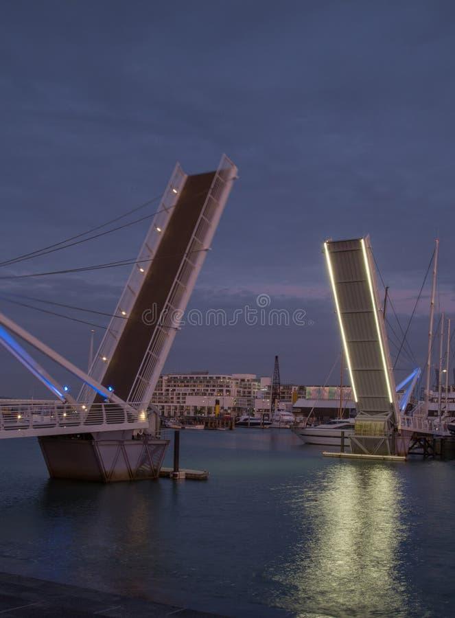 Auckland, Nueva Zelanda, noviembre, 26, 2014; Una opinión de la puesta del sol del retrato de una abertura del puente de oscilaci fotografía de archivo