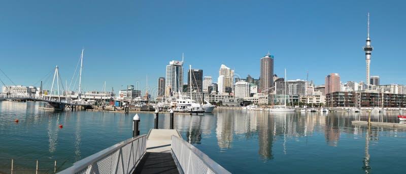AUCKLAND, NUOVA ZELANDA - 14 GIUGNO: Orizzonte di Auckland Visualizzazione dalla porta con le costruzioni, la torre del cielo e l immagini stock
