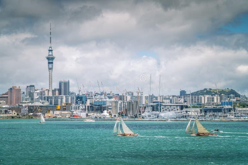 AUCKLAND, NZ - 28 DE JANEIRO: Dois iate no fim de semana do aniversário de Auckland que navega regata o 28 de janeiro de 2019 imagens de stock