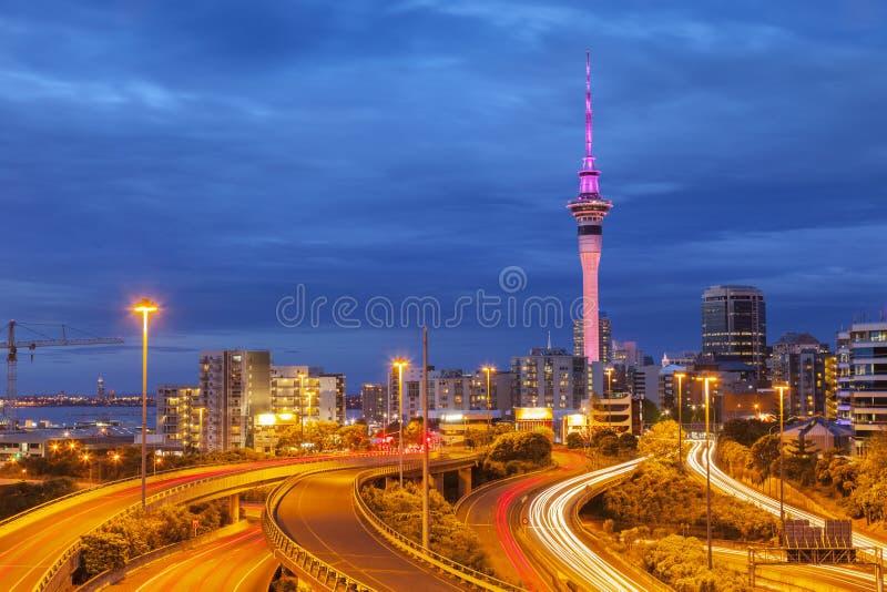 Auckland-Skyline und -autobahn stockbild