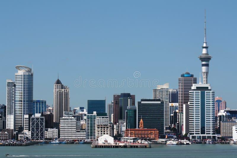Auckland-Stadt und Hafen mit Skytower lizenzfreies stockbild