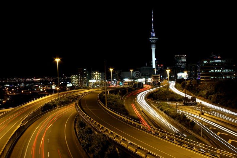 Auckland-Stadthimmelturm mit langen Belichtungslichtspuren lizenzfreies stockfoto