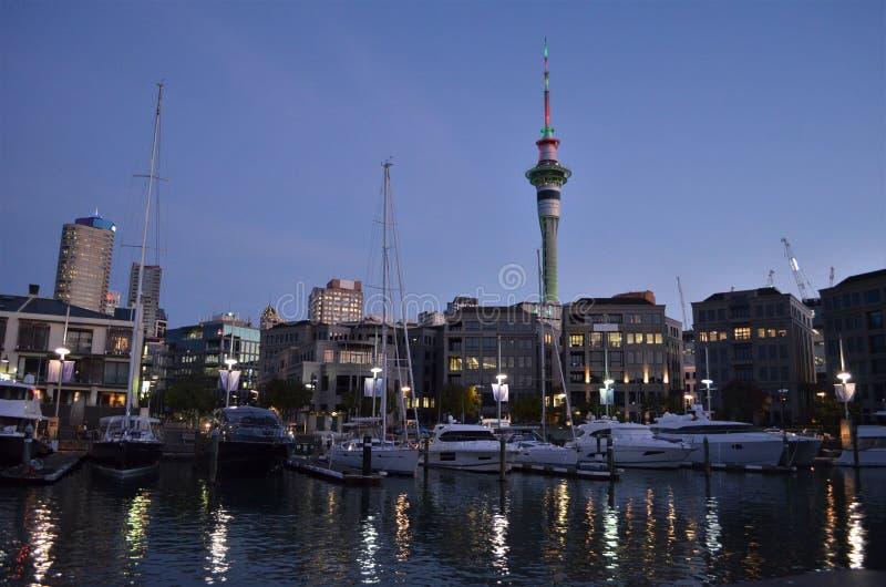 Auckland Viadact hamn och skytower under afton arkivfoto