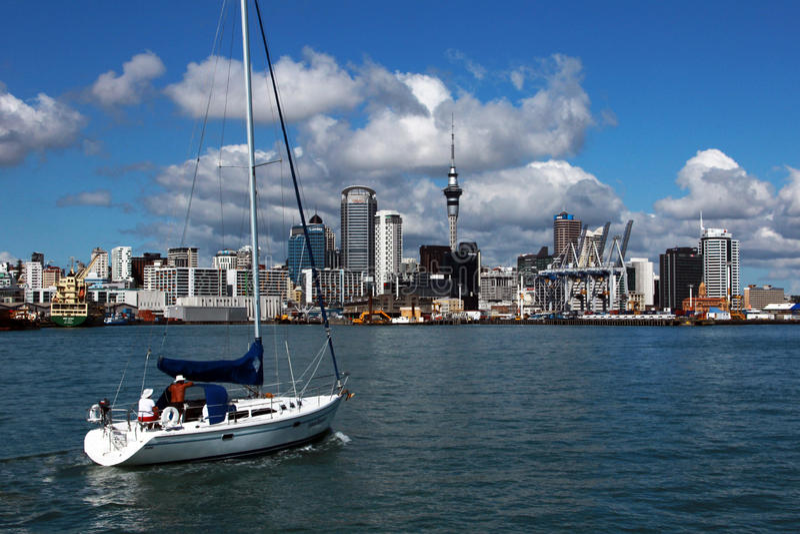 Auckland, vue de la ville de l'eau un jour ensoleillé lumineux avec des cumulus dans le ciel Quelque part en Nouvelle Zélande images libres de droits