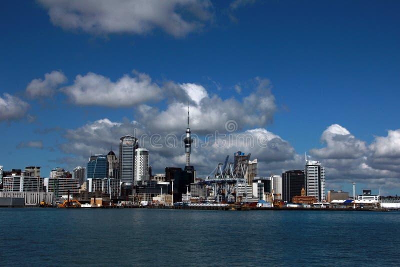 Auckland, vue de la ville de l'eau un jour ensoleillé lumineux avec des cumulus dans le ciel Quelque part en Nouvelle Zélande image stock