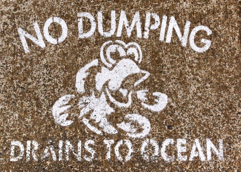 Aucun drains de dumping vers l'océan photo stock