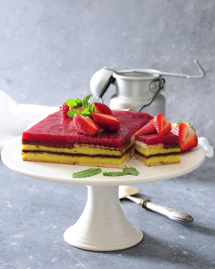 Aucun faites le gâteau cuire au four de couche de mousse de vanille et de fraise avec des biscuits images libres de droits