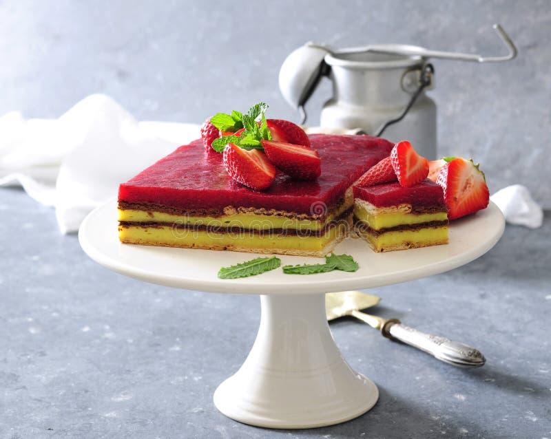 Aucun faites le gâteau cuire au four de couche de mousse de vanille et de fraise avec des biscuits image libre de droits