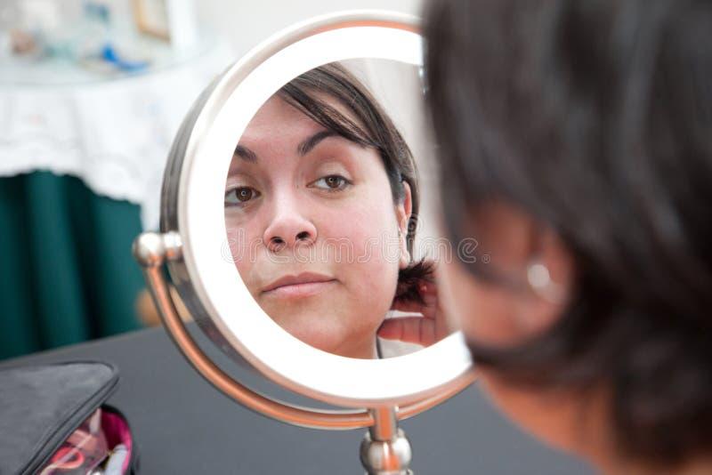 Aucun maquillage dans le miroir photos libres de droits