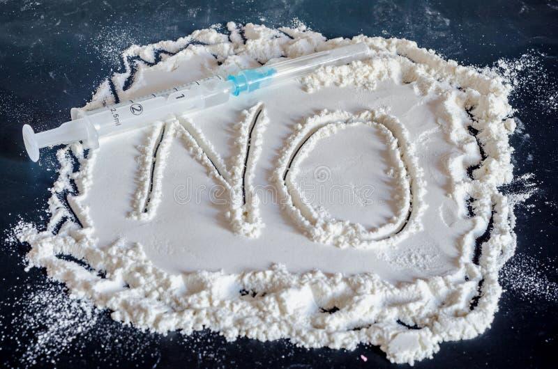 AUCUN mot n'écrivent dans la poudre blanche, fond noir, aucune drogues, fin image libre de droits