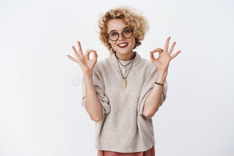 Aucun problème ne détendent, s'occupent Portrait de la femme blonde agréable avec du charme froide et insouciante dans les verres photos stock