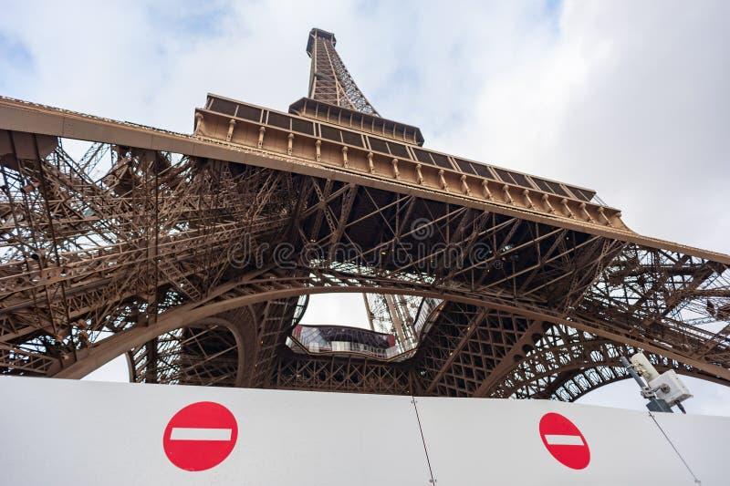 Aucun signe d'entrée devant Tour Eiffel photos stock