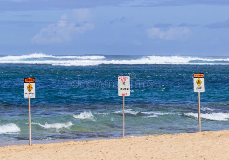 Aucun signe de danger de natation ne perce un tunnel la plage image libre de droits
