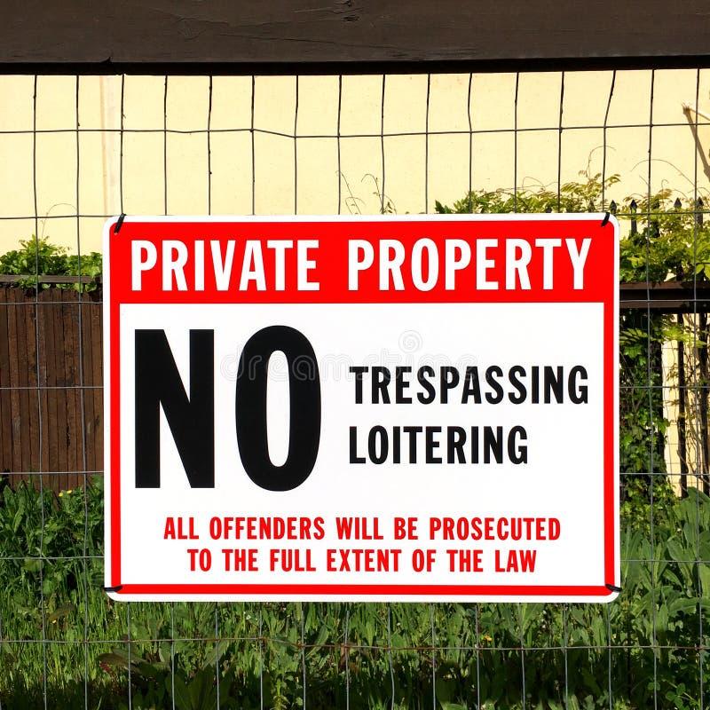 Aucun signe de infraction devant la propriété privée photo stock