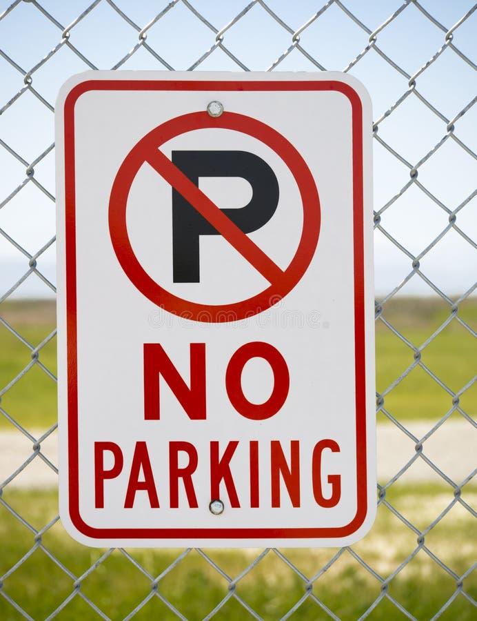 Aucun signe de stationnement en dehors de stationnement image stock