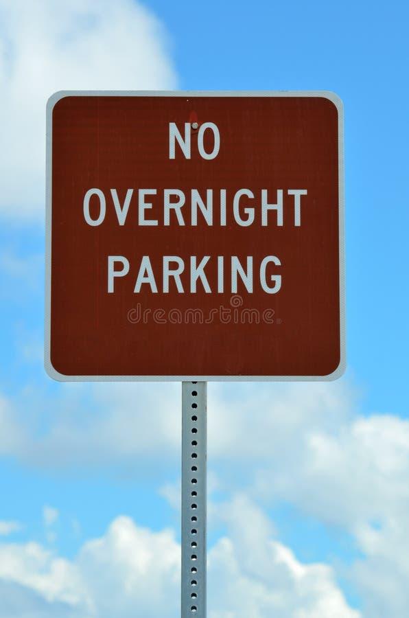 Aucun signe durant la nuit de stationnement photographie stock libre de droits