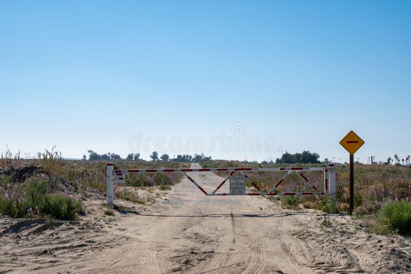 Aucun signe et porte de infraction et de flânerie sur une route de désert de saleté, près de la mer de Salton de la Californie photos stock
