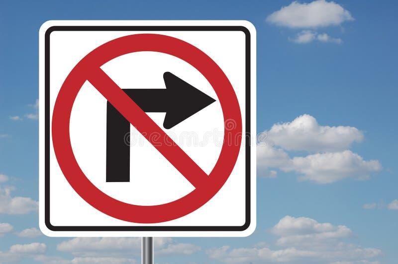 Aucun signe tourne-à-droite avec des nuages photographie stock libre de droits