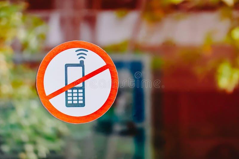 Aucun téléphone se connecter la salle avant de miroir avec l'espace pour ajouter le texte du côté droit images stock